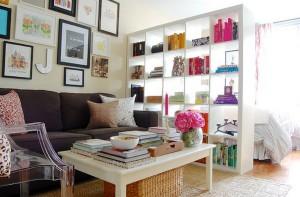 Colores claros y mobiliario para dividir zonas y almacenar permiten ordenar y organizar espacios.