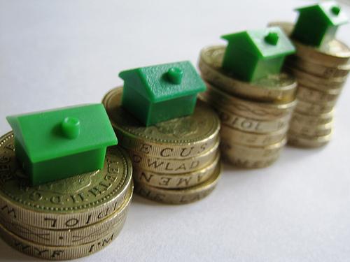 Al adquirir una vivienda, es importante que te plantees los gastos asociados a la propiedad, que no son sólo la cuota hipotecaria; también hay que considerar los impuestos y los costes asociados a la comunidad de vecinos.